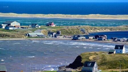 Des maisons et de grandes étendues d'eau