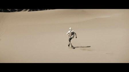 Jean-François Bégin court dans le désert.