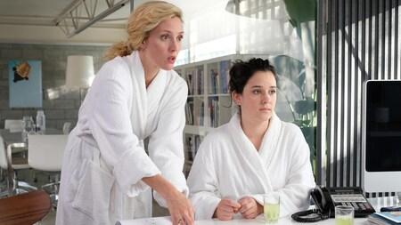 Les comédiennes sont en robe de chambre dans une scène de la série Trop.