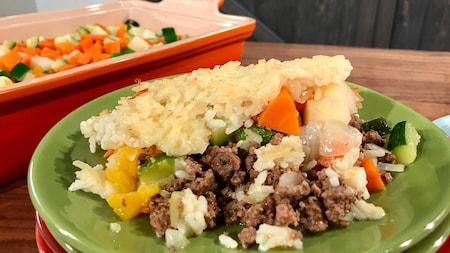Le pâté chinois contient des carottes, des courgettes et du poivron. Le riz remplace les pommes de terre.