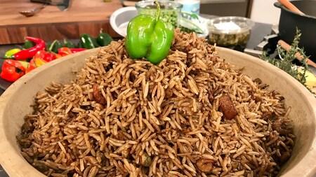 Un monticule de riz avec un poivron sur le dessus comme décoration.