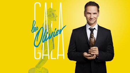 François Morency, animateur du Gala les Olivier 2017, une statuette à la main