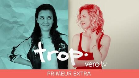 La comédienne Virginie Fortin joue le rôle de la soeur cadette d'Évelyne Brochu dans la comédie Trop. Virginie Fortin se tient debout à la gauche d'Évelyne Brochu. Les deux comédiennes se regardent d'un air malicieux.