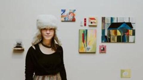 L'artiste acadienne Julie Caissie devant son installation à la Galerie Sans Nom en mars 2017.