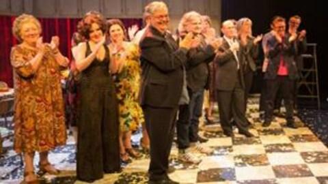 Le soir de la première de la version anglaise de la comédie musicale Belles-Soeurs,  l'auteur Michel Tremblay et le compositeur Daniel Bélanger saluent le public en compagnie des actrices.