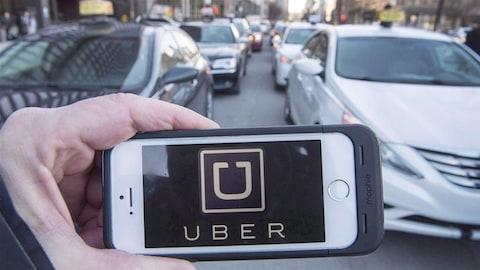 L'application Uber et des voitures de taxi
