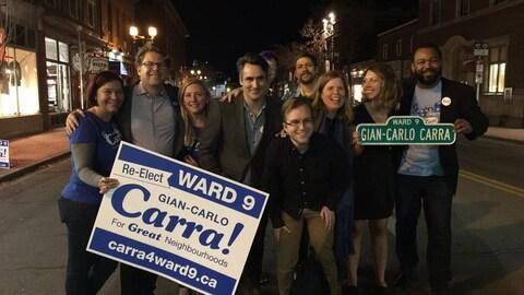 Gian-Carlo Carra est entouré de partisans et pose pour une photo dans la rue, après sa victoire.