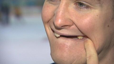 Un homme montre ses dents manquantes