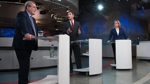 Les trois principaux candidats à la mairie de Québec lors du premier débat télévisé.