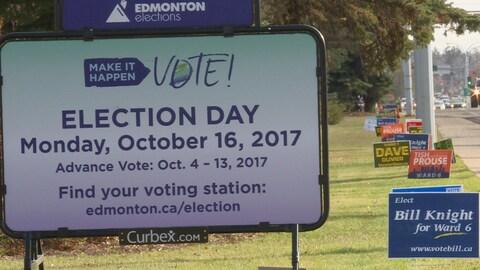 Affiches de candidats pour les élections municipales dans une rue d'Edmonton