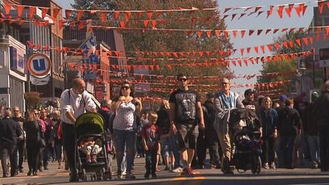 Des familles déambulant au Festival de la galette de sarrasin de Louiseville.