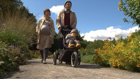Avec son mari et sa fille dans une poussette, Urszula, enceinte, marche au Jardin botanique de Montréal.