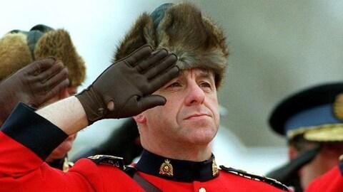 La GRC affirme que rien ne bat la fourrure de rat musqué pour tenir la tête des policiers au chaud.