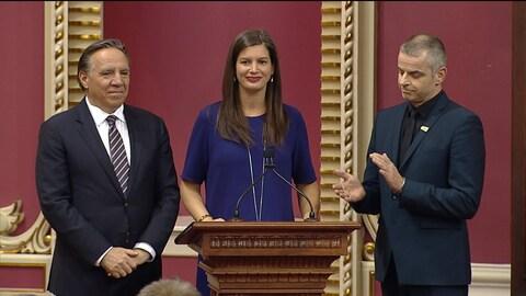 La nouvelle députée de Louis-Hébert, Geneviève Guilbault (au centre), accompagnée à sa droite du chef de la Coalition avenir Québec, François Legault, lors de son assermentation.