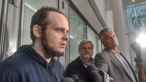 Joshua Boyle à son arrivé à l'aéroport Pearson de Toronto