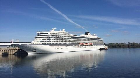 Le Viking Sea, un navire de croisière de luxe, au port de Montréal