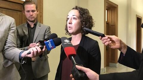 Nicole Saraueur s'adresse à des journalistes en mêlée de presse.