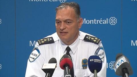 Philippe Pichet, directeur du Service de police de la Ville de Montréal, devant les micros d'une conférence de presse.