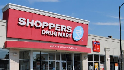 Une pharmacie Pharmaprix en Ontario. On lit l'enseigne ''Shoppers Drug Mart''