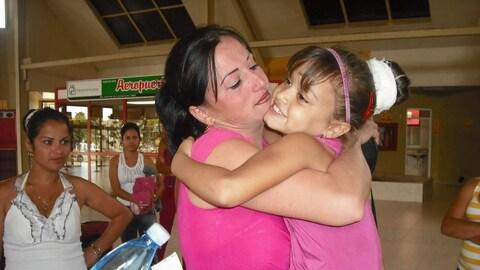 Zoe Lidia Suarez Prieto, en 2010, serre sa fille dans ses bras avant de partir vers le Canada