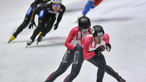 Valérie Maltais, poussée par Kim Boutin, lors des quarts de finale du relais féminin, à la Coupe du monde de Budapest