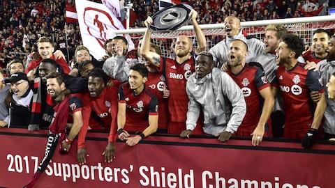 Déjà champion de la saison, le Toronto FC a égalé le record de points de la MLS avec sa courte victoire de 1-0 sur l'Impact de Montréal, dimanche, au BMO Field.