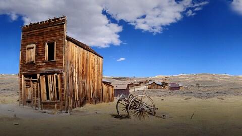 Une maison abadonnée au coeur d'un désert américain.