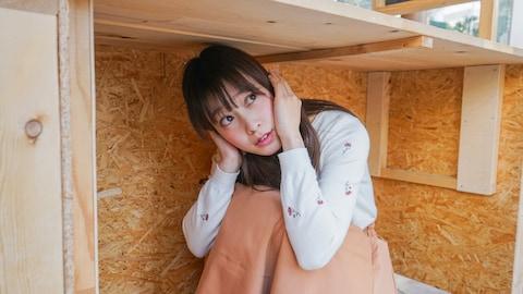 Se cacher sous un bureau ou une table demeure le meilleur comportement à adopter en cas de séisme.