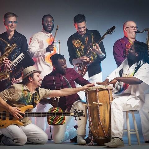 L'Ensemble Afrovibes sera au Festival de jazz de Québec. On y voit 8 musiciens qui semblent s'amuser en jouant de la musique.