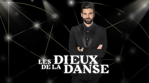 Jean-Philippe Wauthier porte un habit noir. Il est debout les bras croisés et sourit.
