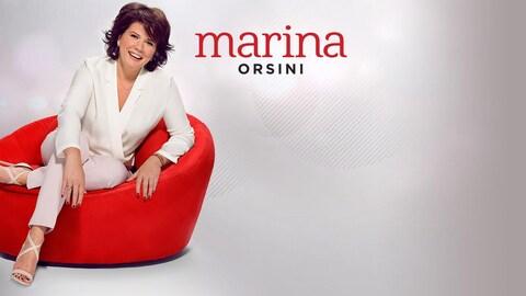 Marina Orsini assise dans un fauteuil rouge