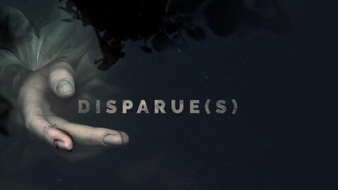 La main d'une personne noyée émerge d'une eau noire où l'on peut lire titre Disparues.