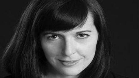 Photographie en gros plan du visage de l'auteure Jeanne Dompierre