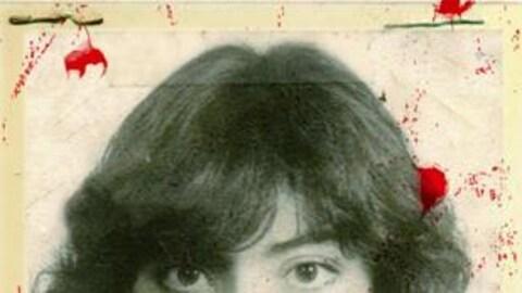 Une photographie ancienne d'une femme est tachetée de sang.