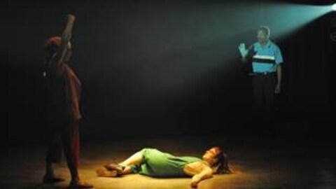 Les trois protagonistes de la pièce Nyotaimori sur scène.