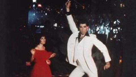 L'acteur John Travolta à l'oeuvre sur le plancher de danse.