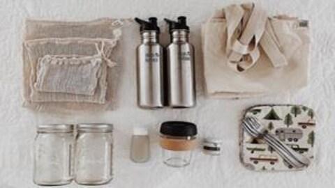Des sacs, des bouteilles et autres contenants réutilisables