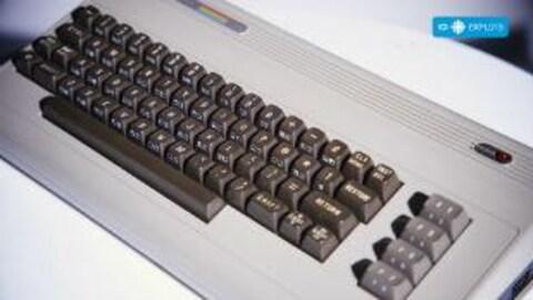 Vue de haut d'un clavier du Commodore 64, l'ordinateur domestique le plus vendu dans les années 1980.