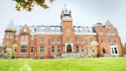 Photographie du bâtiment de l'Université Bishop, à Sherbrooke, qui accueillera le nouveau magazine scientifique animé par Jean-René Dufort: L'Institut.