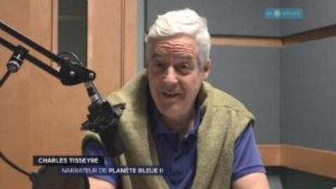 Charles Tisseyre, le narrateur de Planète bleue II, dans les studios de Radio-Canada