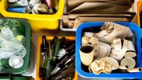 Des bacs de recyclage colorés