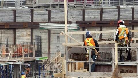 Des travailleurs sur un site de construction à Montréal (archives)