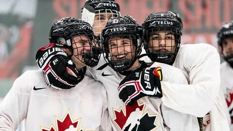 Jakob Pelletier (au centre) s'est taillé au poste au sein de l'équipe canadienne au terme du camp de sélection de cinq jours qui s'est déroulé à Calgary
