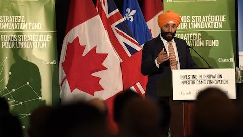 Le ministre fédéral de l'Innovation, des Sciences et du Développement économique, Navdeep Bains, s'adresse à un auditoire