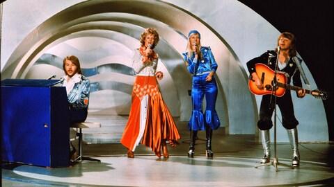 Les quatre memebres du groupe ABBA chantent en 1974 lors du concours de l'Eurovision.