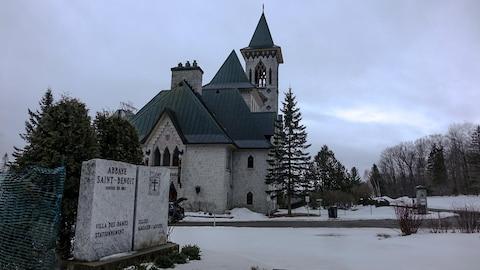 Vue extérieure de l'Abbaye de Saint-Benoît-du-Lac le 27 mars 2017