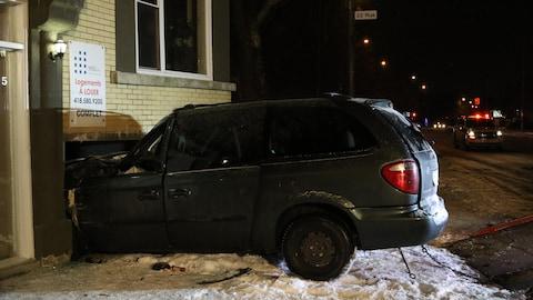 Une voiture a percuté un immeuble de logements dans le secteur de Limoilou.