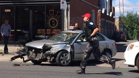 Les fuyards ont provoqué un accident à l'angle des rues Saint-Urbain et Saint-Viateur.
