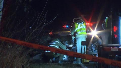 Des policiers de la SQ sur les lieux d'un accident qui a fait un mort à Saint-Antoine-sur-Richelieu.