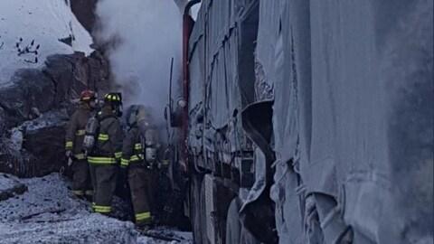Des pompiers sur la scène d'un accident sur la route 69 au nord de Parry Sound.